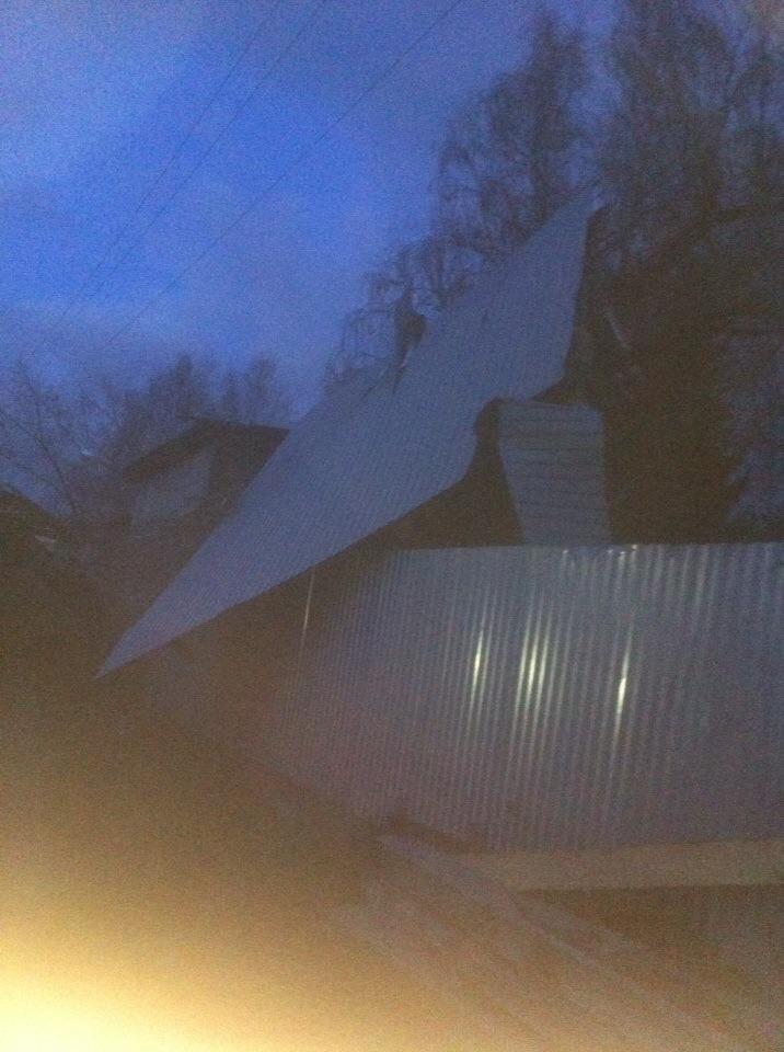 Сорванная крыша в третьем микрорайоне. Последствия урагана в Белове