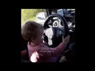 Маленькая дочь управляет автомобилем!!!