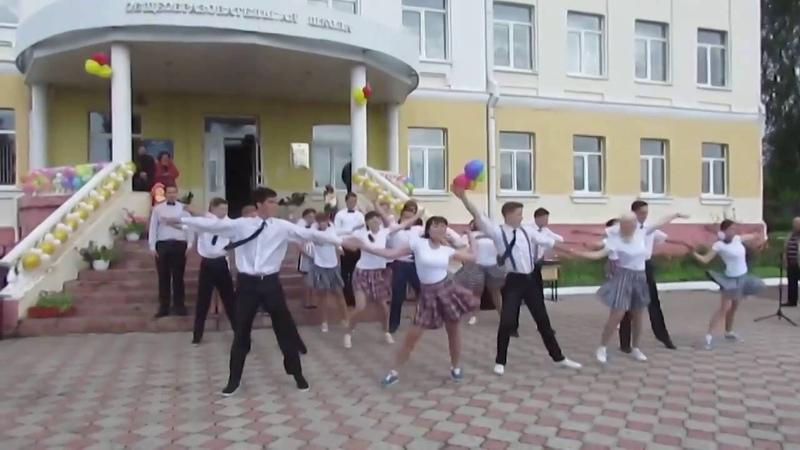 Зажигательный танец выпускников. Учительнице