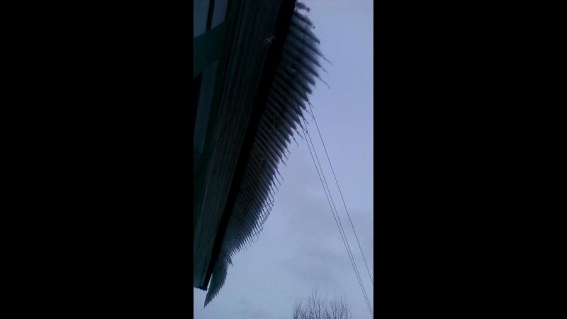 Опасные сосули с крыши на Краснофлотцев, 30