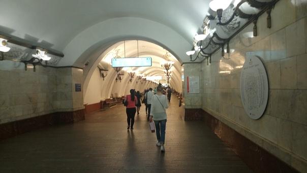Арбатская с круглой схемой линий метро.  12 июля 2018