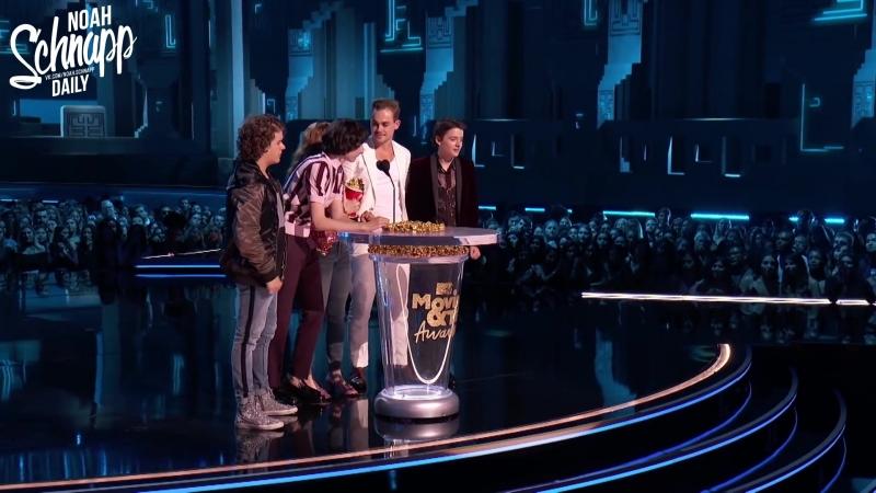 Русские субтитры › каст сериала «Очень странные дела» на премии «MTV Movie TV Awards» › 18 июня 2018