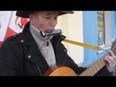 Уличный музыкант с губной гармошкой и гитарой