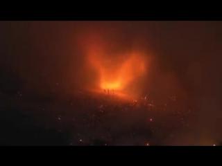 Огненный смерч на лесном пожаре в округе Ориндж штата Калифорния (США, 7 августа 2018).