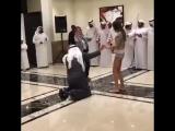 Облико морале-когда ты ваххабитский шейх,и находишься в кругу своей компании с коленопреклоняемыми особами