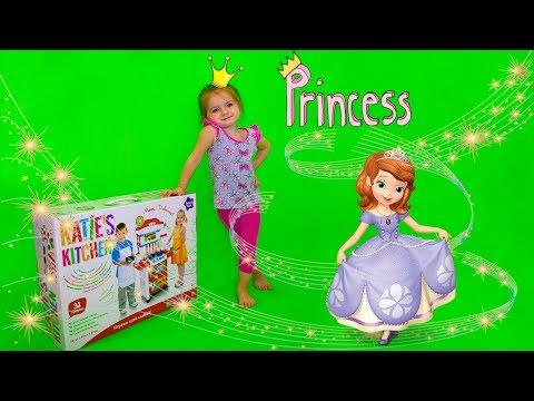 Распаковка ,Кира готовит кушать, в гости пришла принцесса София и Маша, играет в интерактивную кухню