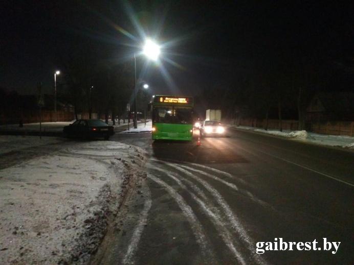 В Барановичах женщина на «АУДИ 100» не уступила дорогу автобусу - упала пассажирка
