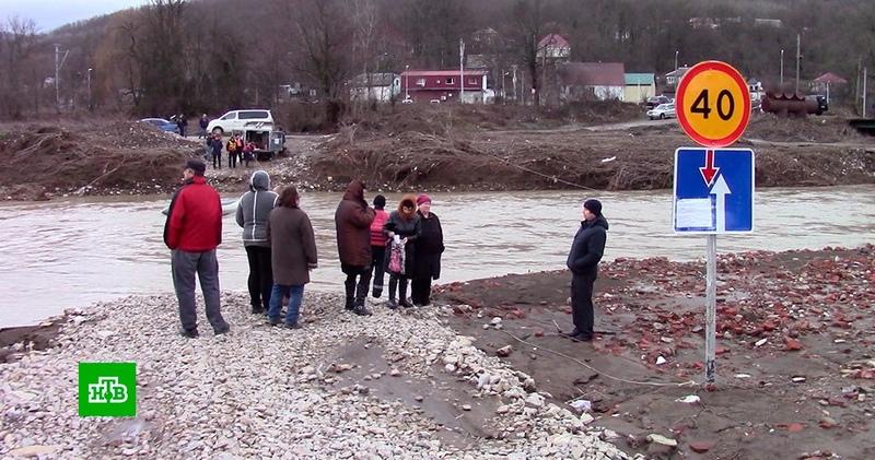 Жители поселков на Кубани оказались отрезаны от цивилизации из за смытого моста