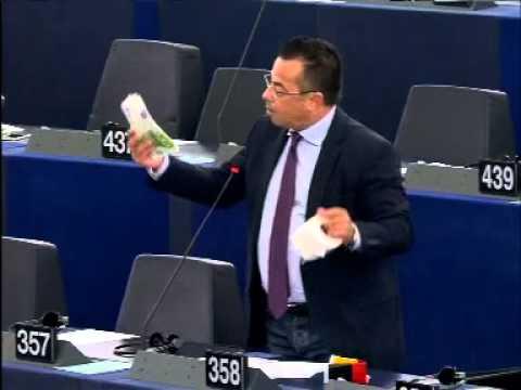 Al Parlamento europeo, davanti a Juncker, Buonanno tira fuori la carta igienica!
