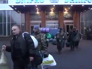 ЖИД депутат Сергей Пашинский вывозит с Майдана винтовки. снайпера.