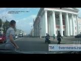 В Твери сбили девушку на пешеходном переходе.mp4