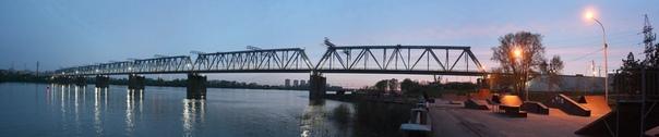 Заменяли мост интересно, использовали хитрость. Из-за Новосибирской ГЭС на реке прекратился ледоход, поэтому ледорезы на основаниях моста уже не требовались. На их места наварили опоры. Так на узеньком мосту появилось два пути в обе стороны всего за 8 млн российских рублей (лично я не верю). Правда, второй путь разобрали, но оставили для него всё-всё, чтобы второй путь оперативно восстановить.