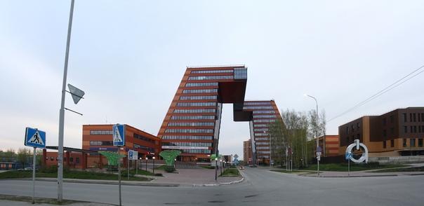 В отличии от Академгородка здесь вырубили все деревья и сделали огромные дома, не свойственные городку.