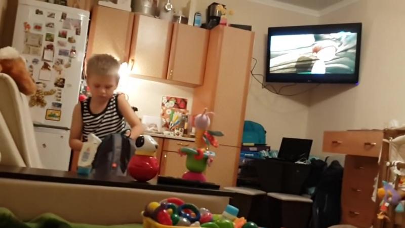 Сын 6 лет покидает отчий дом 1 часть (хорошее настроение, юмор, смешное домашнее видео, семья, сборы, отец, мать, папа, мама)