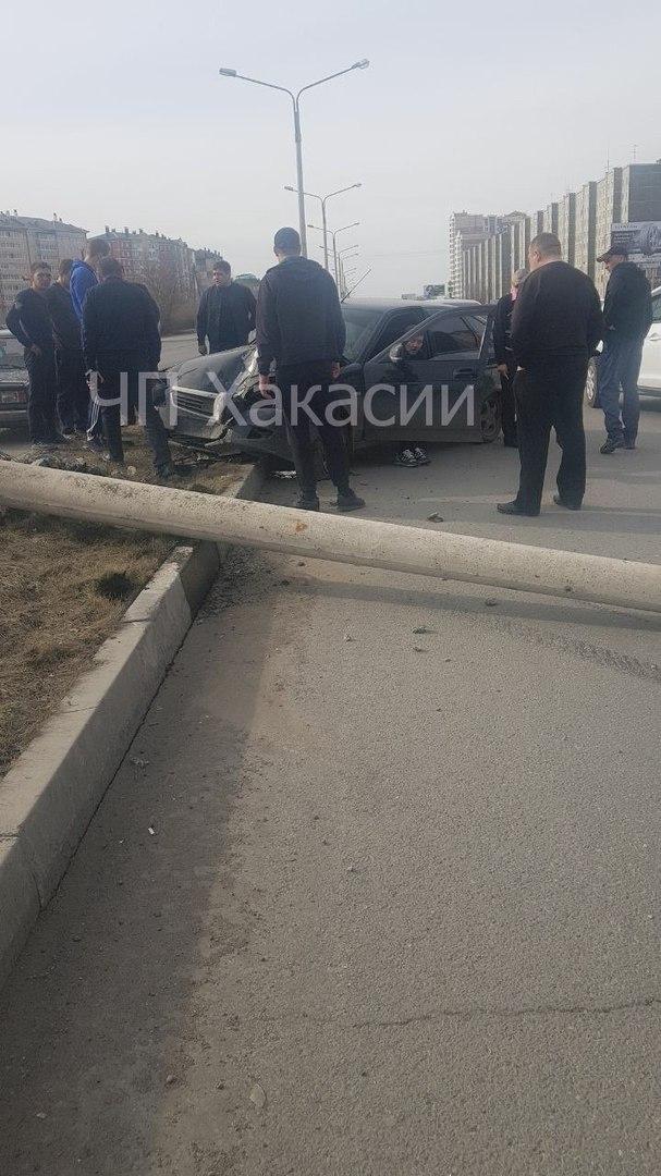 В Абакане водитель «Приоры» сбил фонарь, упавший на BMW X5