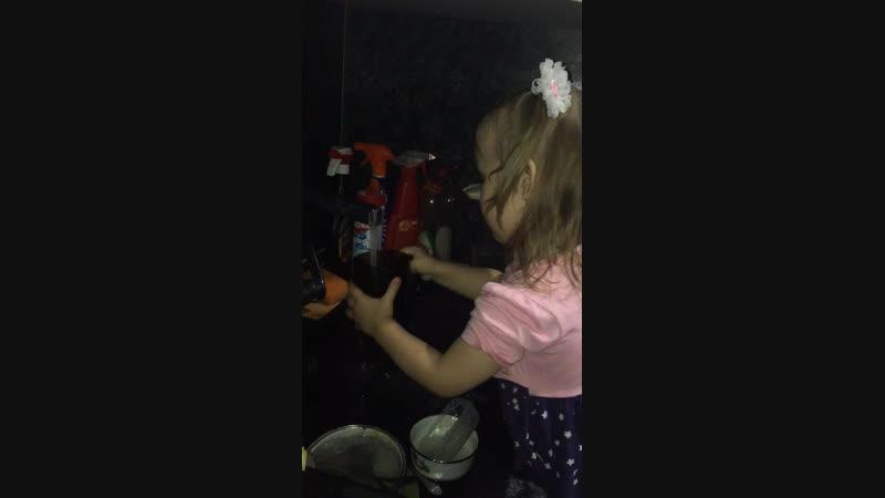 Доча моет посуду помощница