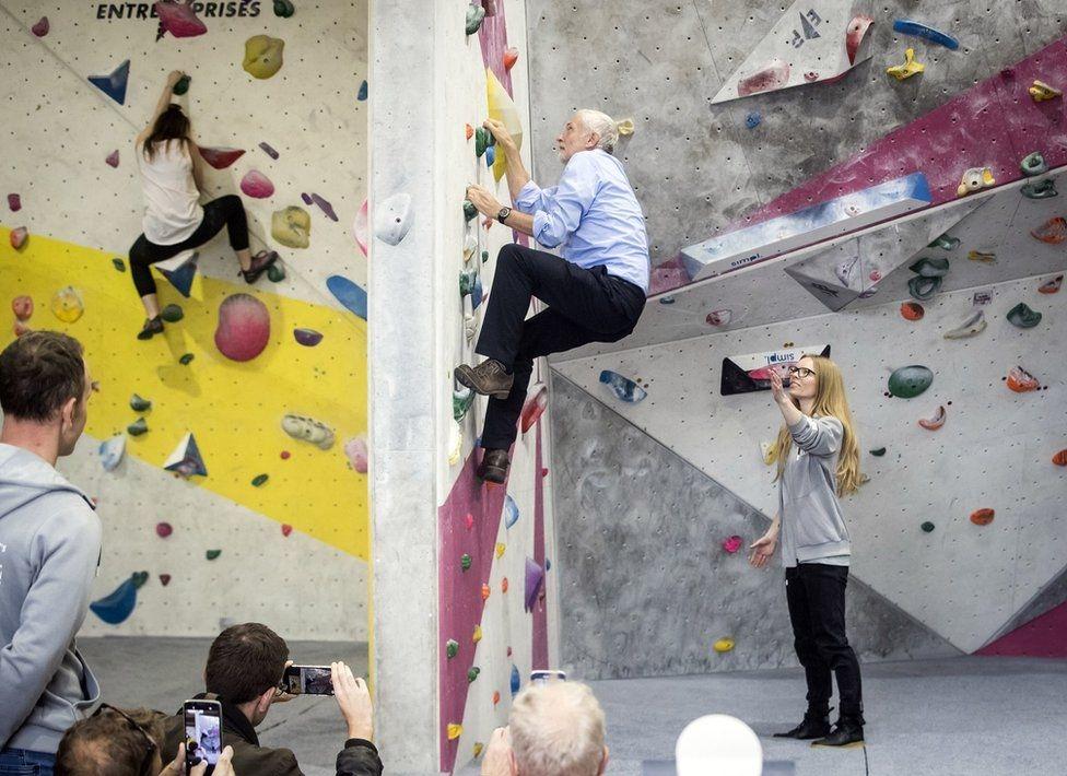 Лидер лейбористов Джереми Корбин показывает свою прекрасную форму на скалодроме в Лидсе