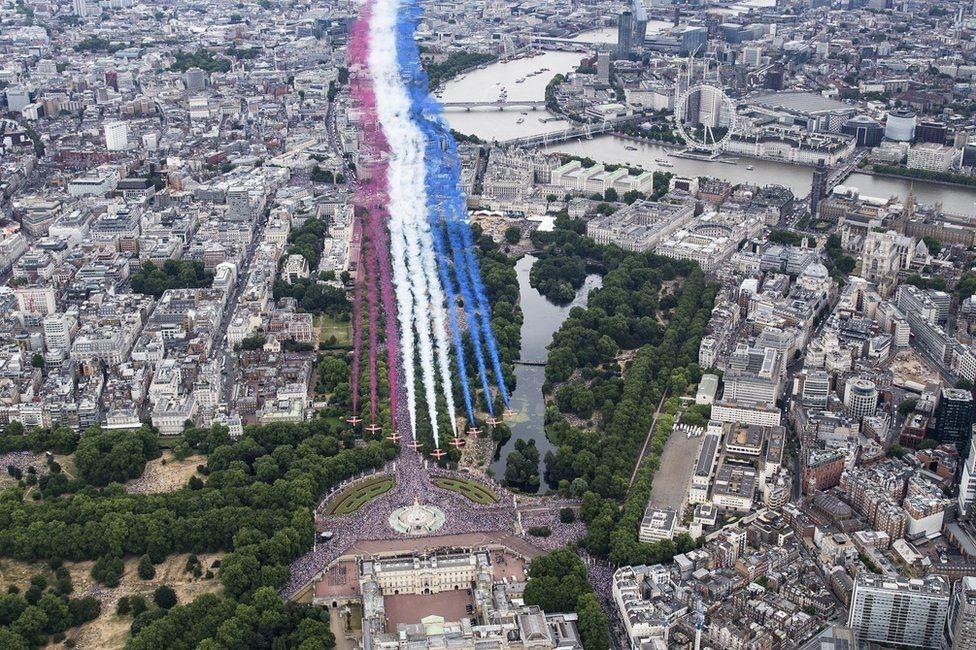 """Пролет пилотажной группы """"Красные стрелы"""" над Лондоном"""