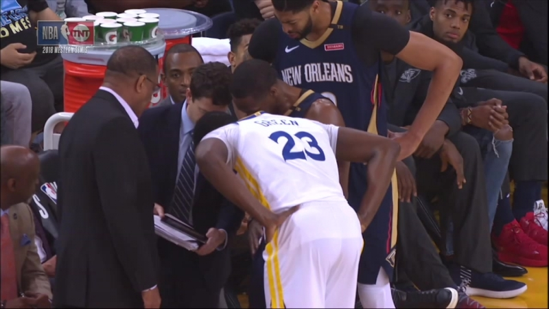 Draymond drops in on Pelicans huddle