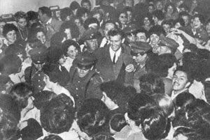 знаете ли вы, что.. концерт дина рида в чили 1961 г.- дин рид попал в книгу рекордов гиннеса как самый охраняемый певец – на одном из концертов в буэнос-айресе к нему были приставлены 58 полицейскихдин рид исполняет каскадерский трюк на лошади- что