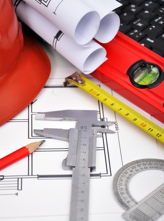 Домашний архитектор разрабатывает планы по строительству дома.