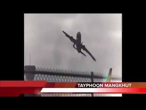 Тайфун переворачивает самолёт в воздухе.