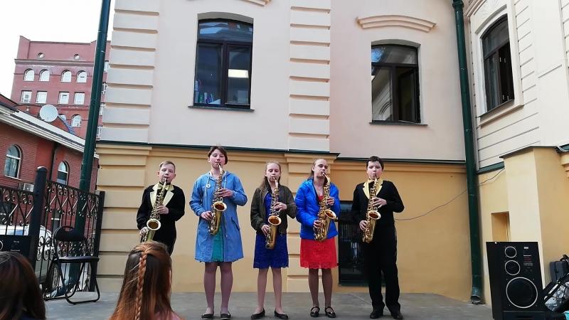 Сакс код Весёлые саксофонисты во дворе Музея наивного искусства Ночь музеев в Екатеринбурге 2018