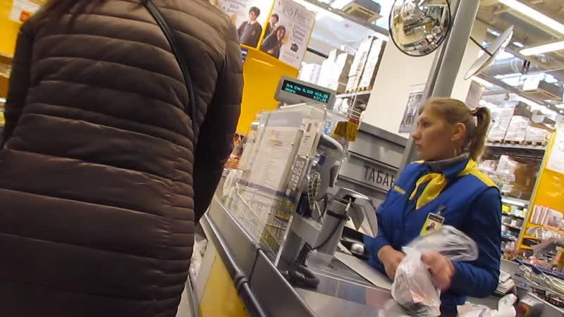 Эльдар Богунов спрашивает на много ли дешевле с картой покупать продукты в магазине Лента