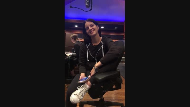 21 октября 2018 Лос-Анджелес, США Лана с Джеком Антонофф и Лорой Сиск в студии звукозаписи
