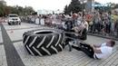 В Керчи силачи пытались сдвинуть с места пожарный автомобиль