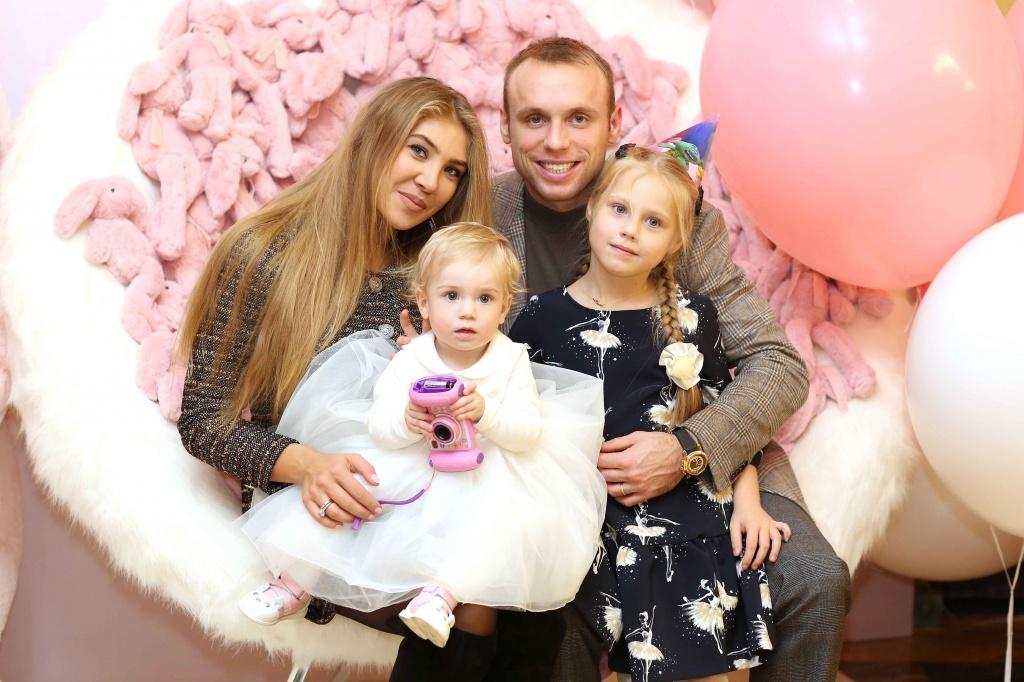 Денис Глушаков с женой Дарьей и детьми