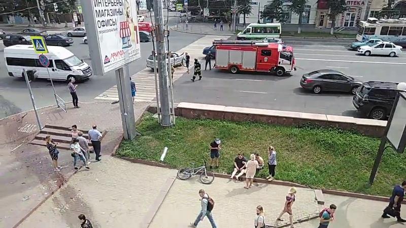 В центре Челябинска Лада Приора вылетела на тротуар и врезалась в здание