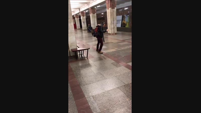 Парень танцует на станции метро