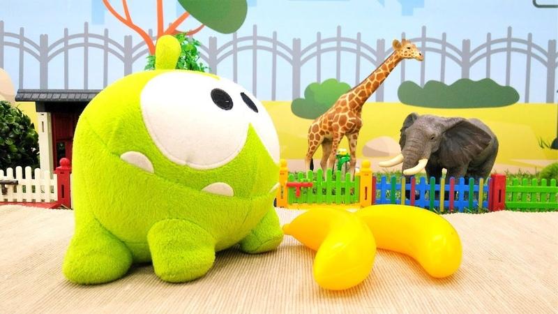 Om Nom en el zoo. Vídeo de juguetes de peluche para niños.
