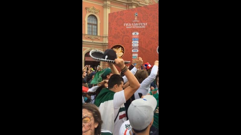 Радость мексиканцев после победы над Южной Кореей
