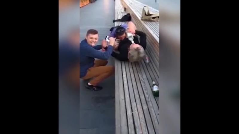 В Москве на Новом Арбате болельщик из Польши сделал куннилингус русской девушке, пока его друг снимал это на камеру