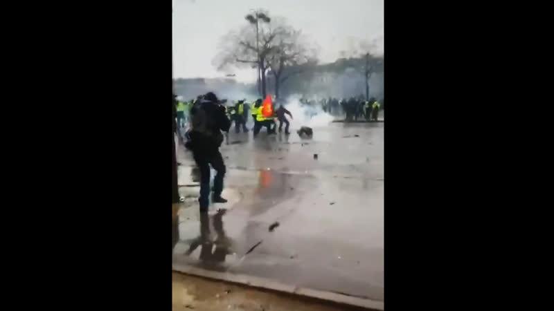 Насилие полицейских во Франции: удар водяной пушки по безобидному демонстранту (12.01.2019)