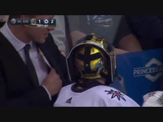 Марк-Андре Флери пытается соорудить ледяную стену перед своими воротами в перерыве матча с «Виннипегом»