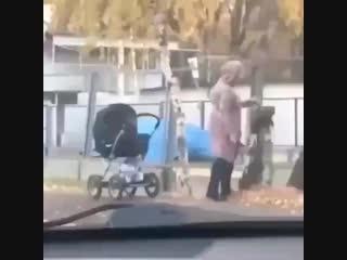 Мамочка с коляской тренируется с ножом