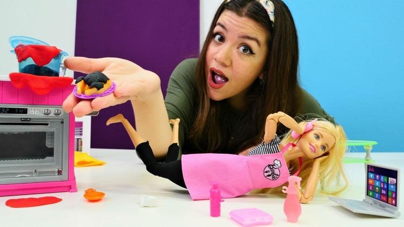 Barbie oyunu. Oyuncak bebek Barbie yemeğini yakıyor