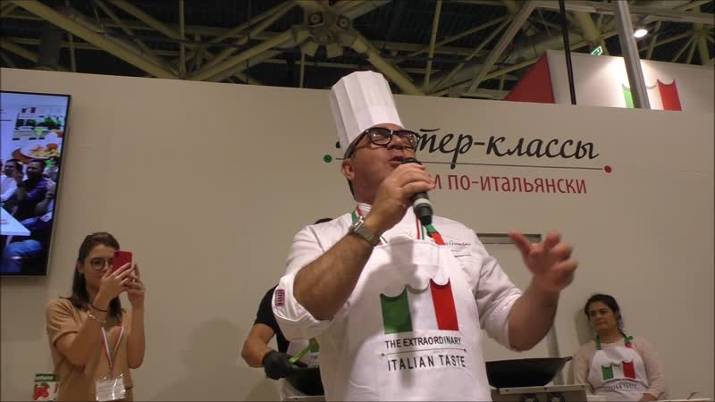 Поющий повар на выставке WorldFood в Экспоцентре (Москва)
