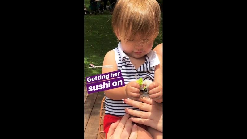 Одетта пытается съесть суши.