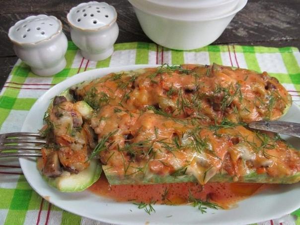 кабачки с рисом и грибами ингредиенты: кабачок — 1 шт. шампиньон — 65–75 г рис вареный — 2 ст. л. лук репчатый — 0,5 шт. морковь — 0,5 шт. зелень — по вкусу перец болгарский — 0,5 шт. сметана — 2 ст. л. сахар — 1 щепотка соль — по вкусу перец — по