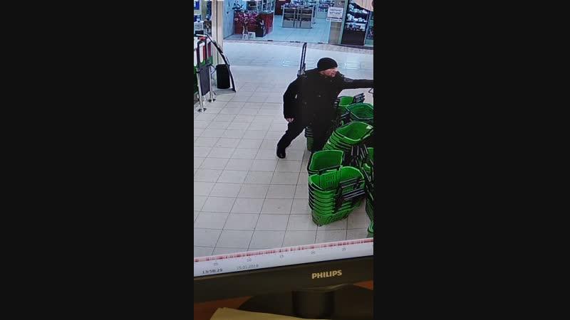 Данное лицо подозревается в совершении в совершении хищения в гипермаркете Карусель. Всем, кому что-либо известно о данном гра