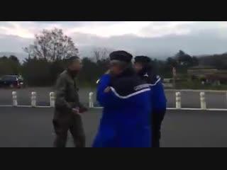 Des gendarmes arrêtent des militaires qui ont un gilet jaune sur leur tableau de bord !
