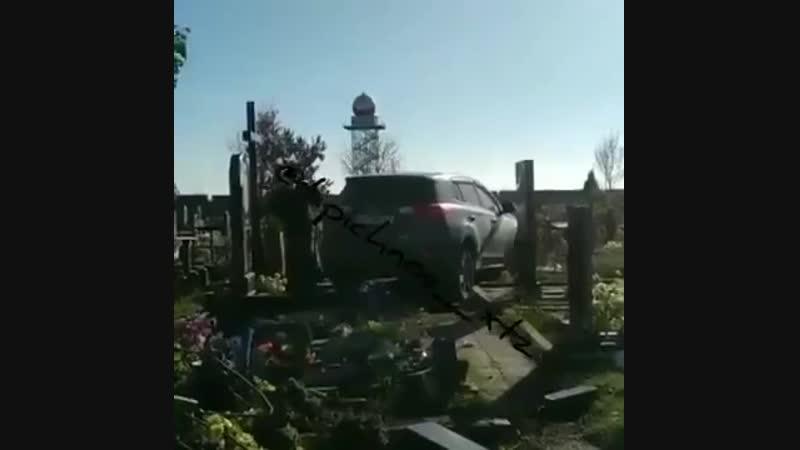 В Харькове местный поп заехал на джипе на кладбище,где не смог развернуть автомо