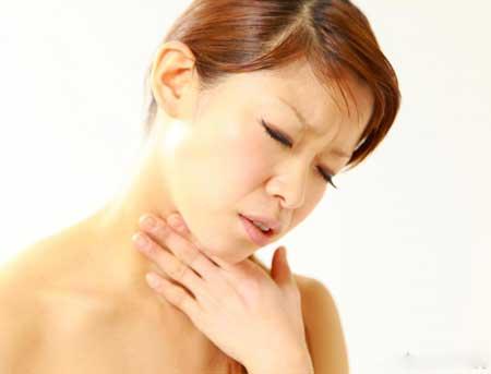 Пища и кислота, проникающие в пищевод, могут вызвать раздражение и жжение в горле.