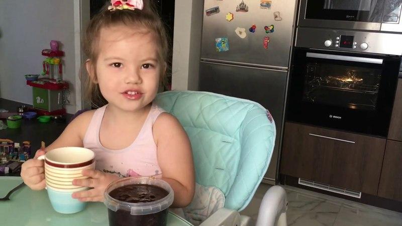 Саша пьёт чай с молоком и вареньем