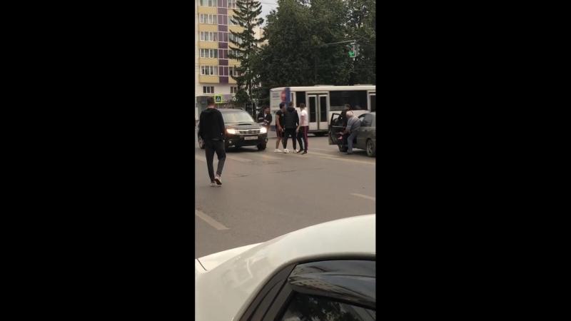 Пешеход перешел на красный и началась драка