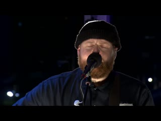 Tom Walker & Red Hot Chilli Pipers 'Leave A Light On' LIVE Full HD